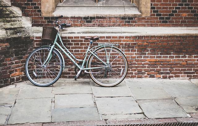 Fahrrad mit Motor an Wand